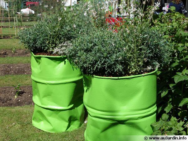 Des bidons recyclés et décorés pour la plantation