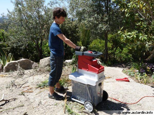Broyeur de végétaux utilisant une roue crantée