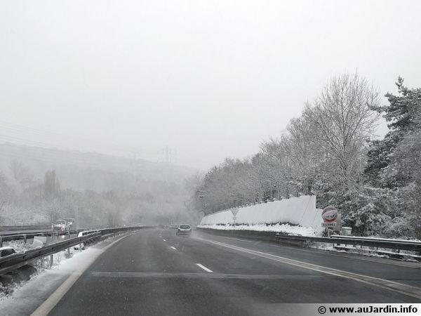 Autoroute en hiver dont la chaussée est salée aux premiers flocons de neige