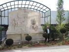 Les jardins cinématiques de Roland Garros, Frédéric-Charles AILLET à côté de la stèle d'Étienne-Jules MAREY