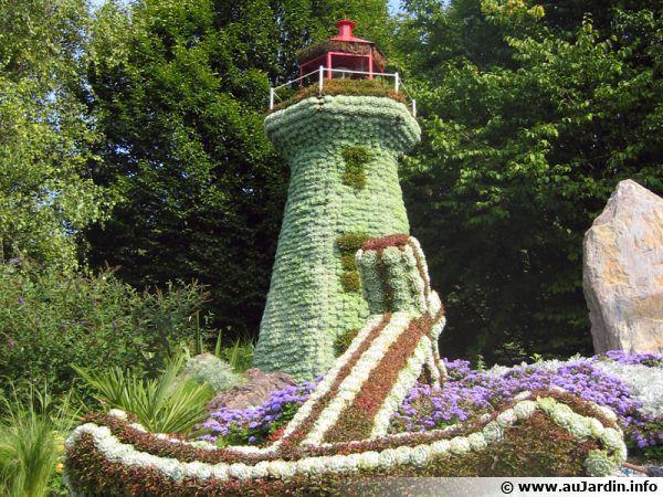 Mosaïculture, un phare trônant au milieu d'un rond-point