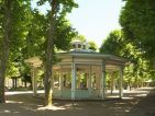 Kiosque dans le parc des sources à Vichy