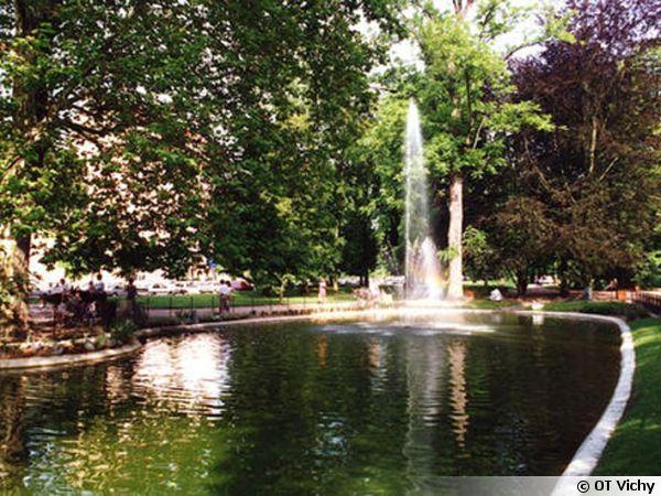 Le lac des cygnes au Parc Napoléon III à Vichy