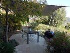 Une voile d'ombrage pour protéger un coin terrasse