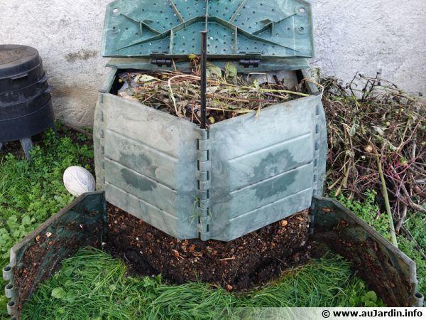 Composteur avec la trappe basse ouverte montrant la décomposition des matières végétales et organiques en partie basse