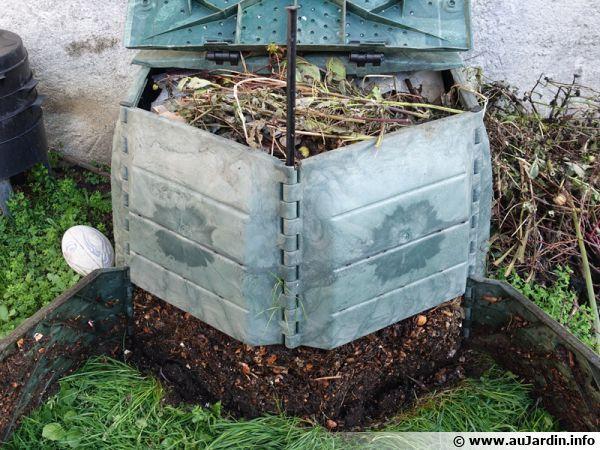 Le composteur ouvert, en haut les déchets récents, en bas le compost mûr