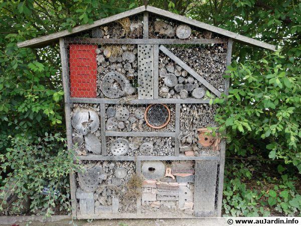 Un hôtel à insectes est idéal pour aider certains insectes à trouver refuges en hiver