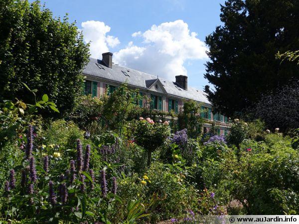 La maison de Claude Monet vue du jardin