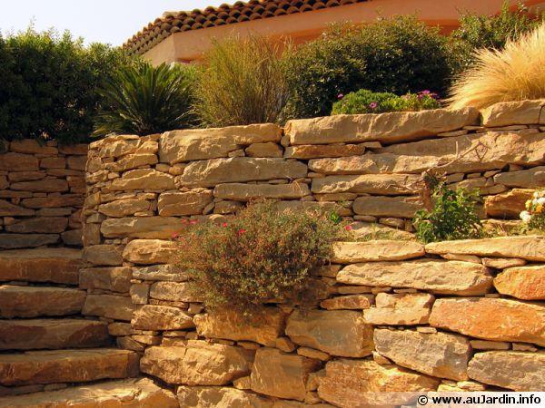 R alisation d une jardini re en pierre for Jardiniere en pierre seche