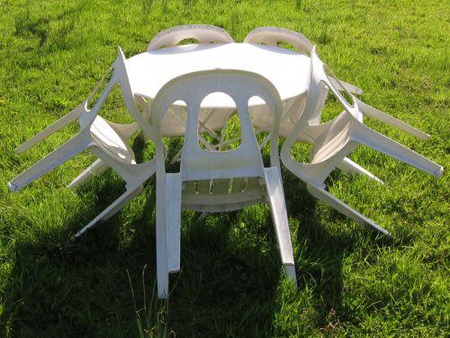 Entretenir le mobilier de jardin en PVC