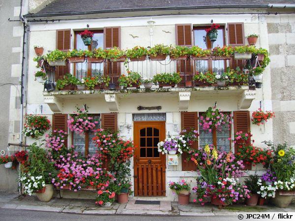 Un beau balcon très fleuri