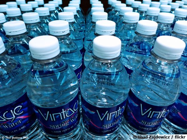 Eau du robinet ou eau en bouteille? Ici des bouteilles d'eau minérales en plastique