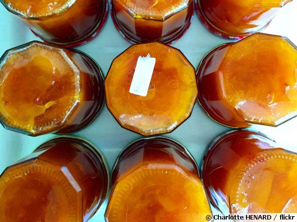 Bocaux de confiture d'abricots