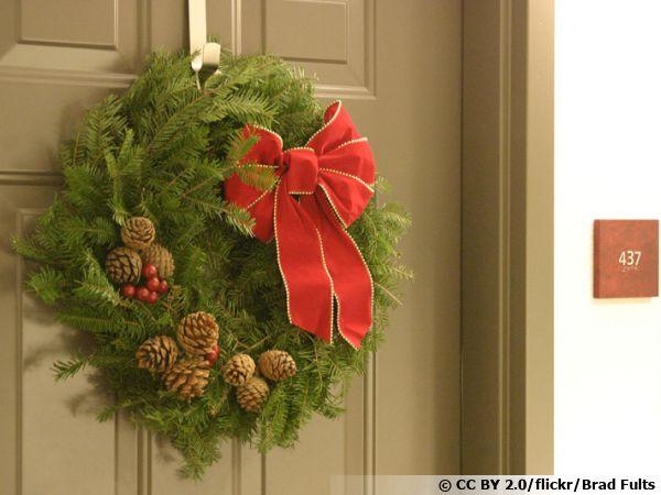 Une couronne de Noël sur la porte d'entrée