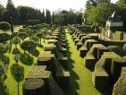 Jardins du Manoir d'Eyrignac, l'allée des charmes et le pavillon