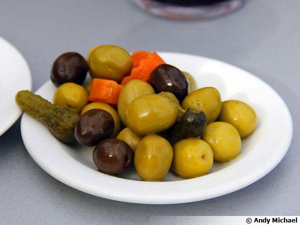 Une assiette d'olives préparées