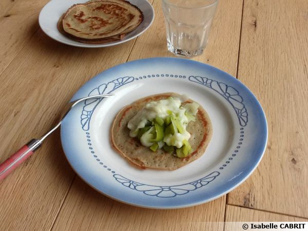 Pancakes à la quinoa et fondue de poireaux sauce blanche (sans gluten, sans lactose)