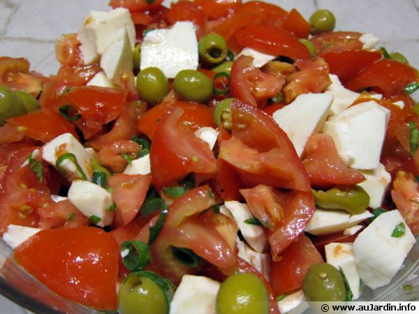 salade tomates mozzarella et olives recette de cuisine. Black Bedroom Furniture Sets. Home Design Ideas