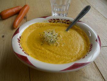 Soupe crue aux carottes, gingembre, curcuma et graines germées