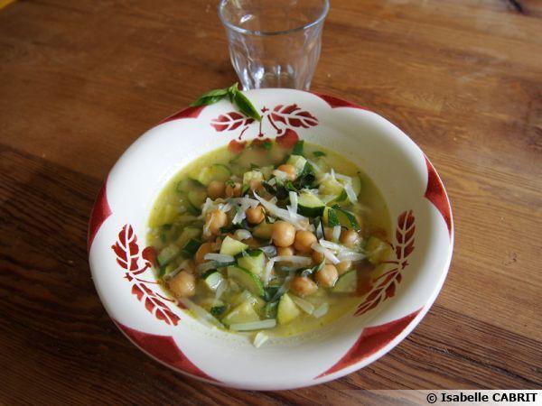 Soupe de pois chiches et courgettes au parmesan