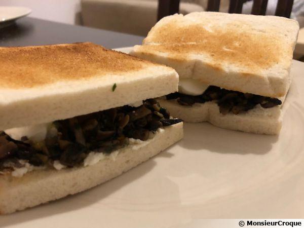 Toasts aux champignons de Paris et oeufs mollets