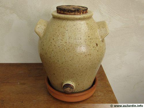 Vinaigrier en grès dans lequel une mère et du vin rouge ont été mis pour produire du vinaigre maison