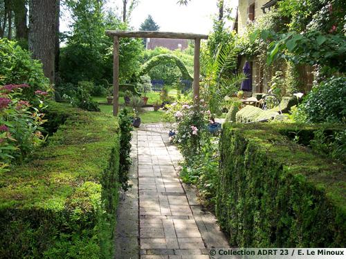 Le jardin de la bergeraie crozant 23 - Le petit lapin s est cache dans le jardin ...